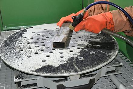 Разновидности пескоструя: особенности оборудования и работ
