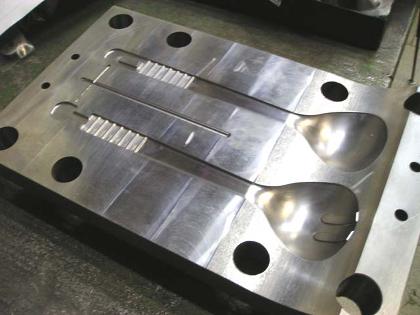 Применение пресс-форм для литья изделий из пластмассы