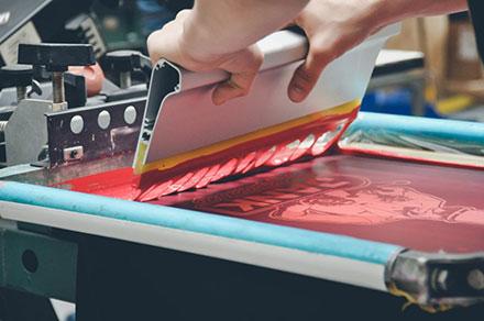 Шелкотрафаретная печать на пакетах: основные особенности и преимущества